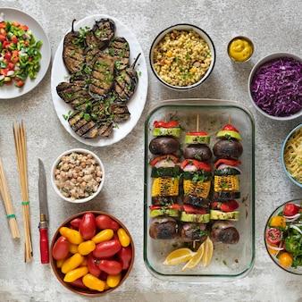 Vari piatti vegetariani e insalate su un tavolo da pranzo leggero