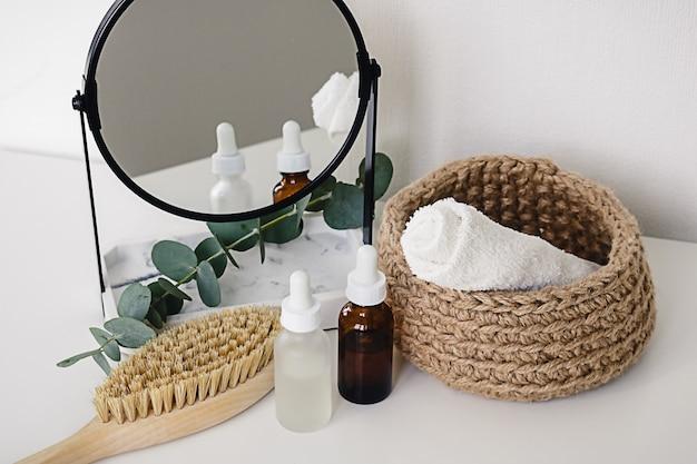Vari prodotti per trattamenti spa e benessere su sfondo bianco. cosmetici naturali a spreco zero su una toletta.