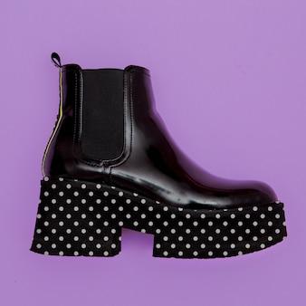 Stivali con zeppa verniciati, concetto fashion flat lay
