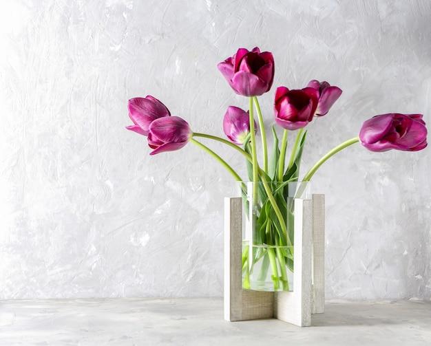 Vaso con bellissimi tulipani