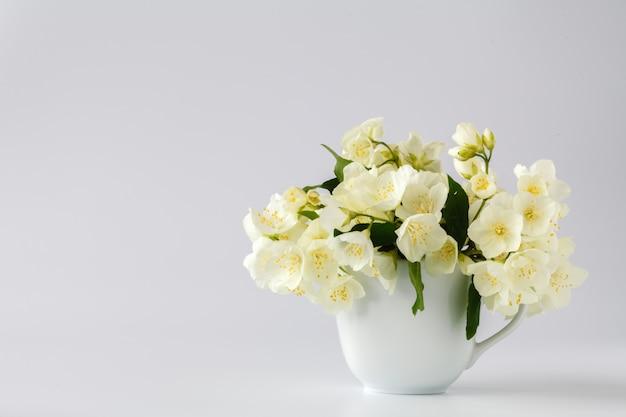 Vaso con fiori di gelsomino