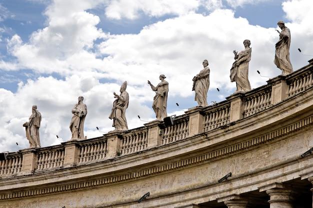 Il colonnato del bernini in vaticano a roma, italia