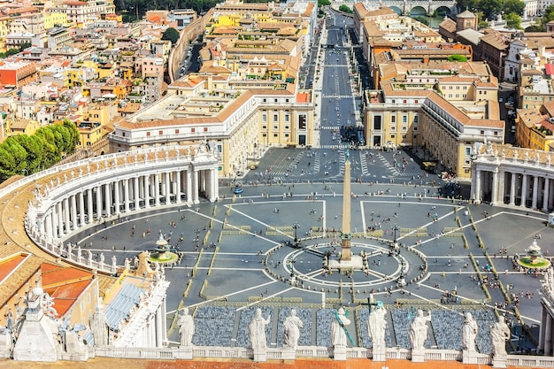 Piazza del vaticano e le statue degli apostoli sulla sommità della basilica di san pietro, roma, italia.