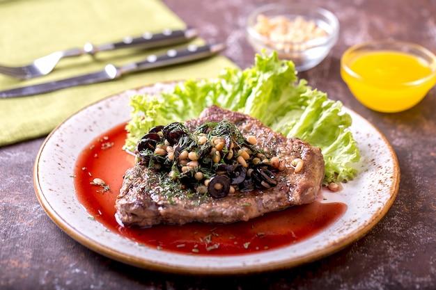 Vitello con pinoli e olive al vino rosso. cena gustosa
