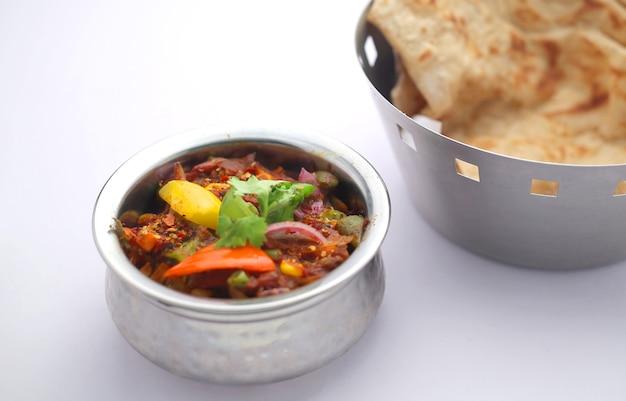 Veg kolhapuri piatto indiano del nord disposto in una ciotola d'acciaio una buona combinazione per chapati e roti