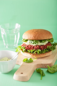 Barbabietola vegana e hamburger di quinoa con salsa di avocado