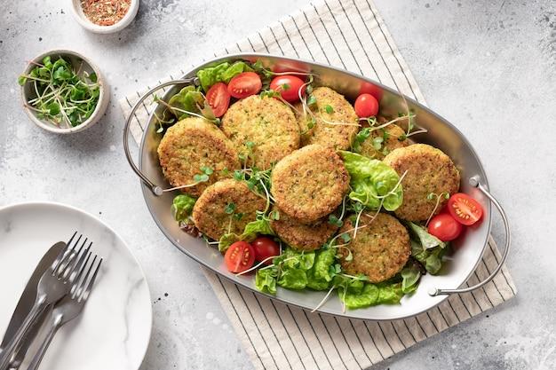 Hamburger vegani in piatto di metallo