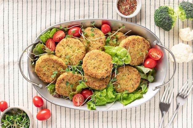Hamburger vegani con quinoa in piatto di metallo