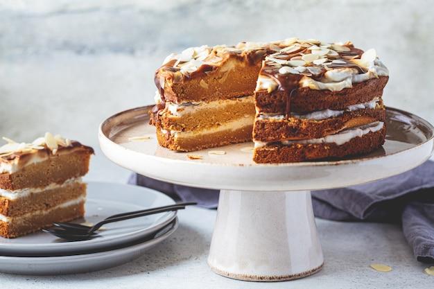 Torta vegana su un piatto da torta.