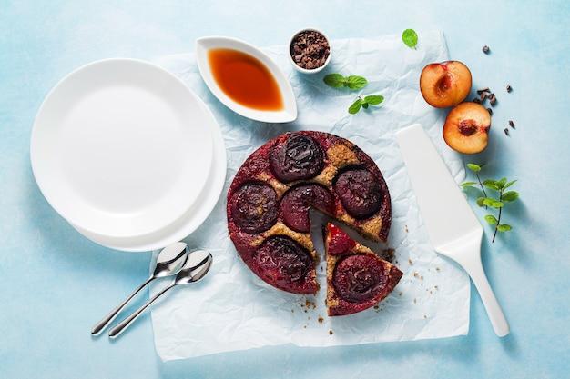 Torta vegana con prugne fresche e sciroppo d'acero.