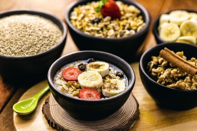 Dessert vegano di quinoa, banana, fragola, noci e cannella. colazione vegetariana