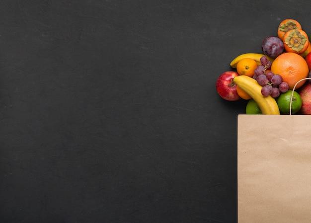 Concetto di consegna di cibo vegano dal supermercato