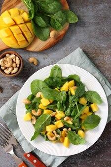 Cibo vegano insalata salutare con spinaci e mango pecan vista dall'alto