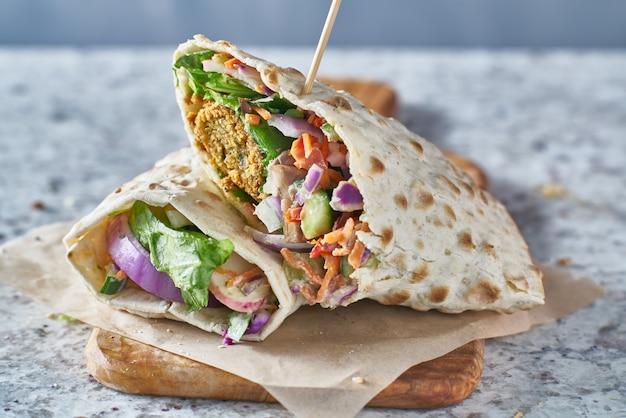 Cibo vegano: gustoso falafel avvolto in pane senza glutine
