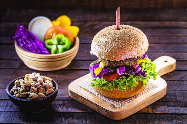 Cibo vegano, panino con hamburger vegano, carne artificiale a base di sjoa, proteine e verdure