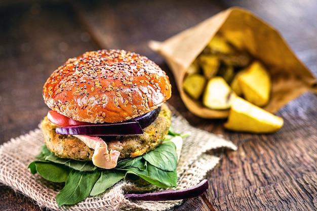 Hamburger vegano, niente carne, panino vegetariano con patate rustiche, cibo vegano