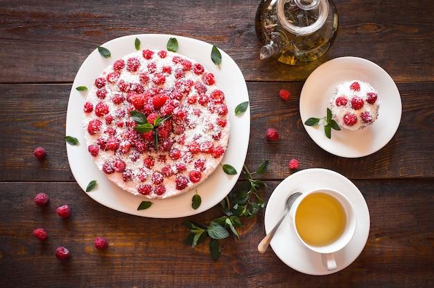 Torte vegane ai lamponi con t-shirt a base di erbe sul tavolo di legno