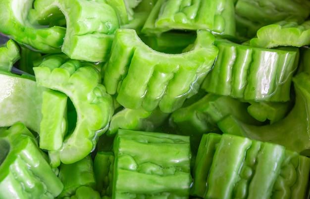 Zucca di verdure tagliata a pezzi nell'acqua