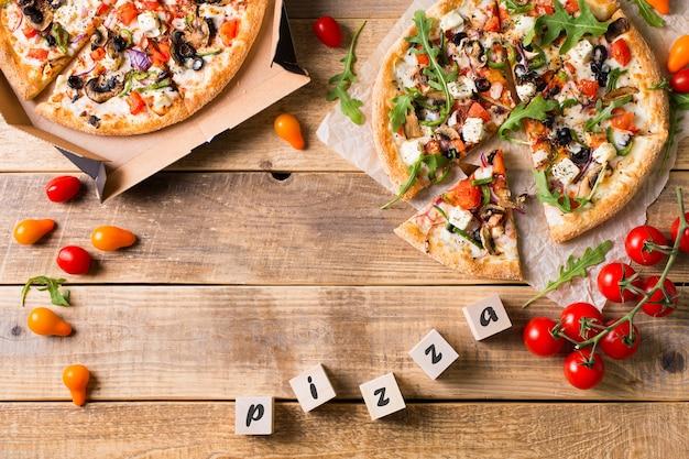 Pizza italiana di verdure con pomodori su sfondo wodeen, spazio di copia, vista dall'alto Foto Premium