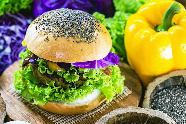 Carne vegetale, hamburger senza carne, pane senza uova o latte, cibo 100% vegano, stile di vita sano