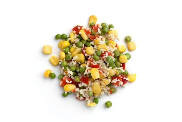 Mix di verdure messicano (hawaiano) di mais dolce, piselli, riso e peperoncino isolato su sfondo bianco.