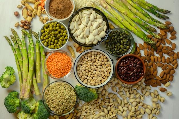 I prodotti vegetali contengono proteine per vegetariani lenticchie fagioli asparagi ecc