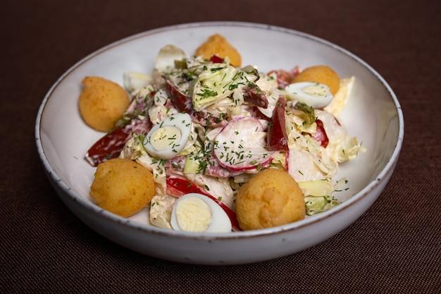 Insalata di verdure e uova con chiusura di palline di formaggio