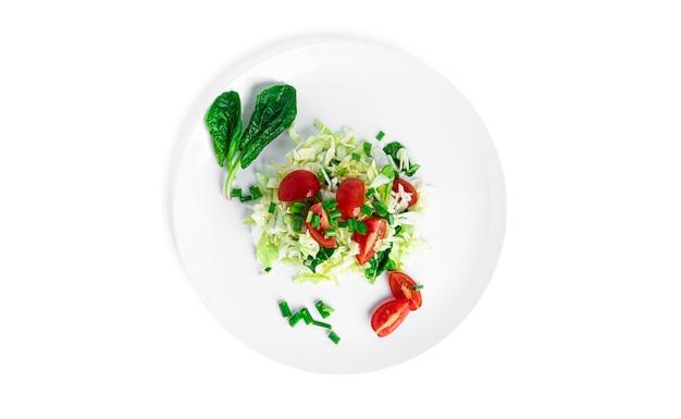 Insalata di verdure isolata su bianco.