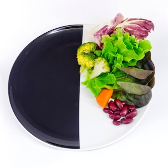 Insalata di verdure sul piatto con spcae in bianco per la formulazione Foto Premium