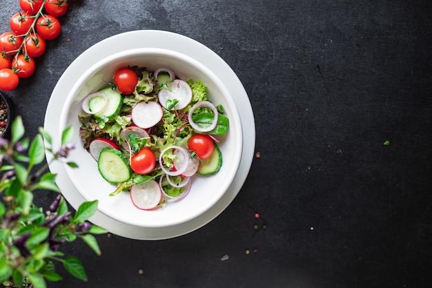 Insalata di verdure ravanello mix di cetrioli lascia pasto spuntino estivo menu dieta
