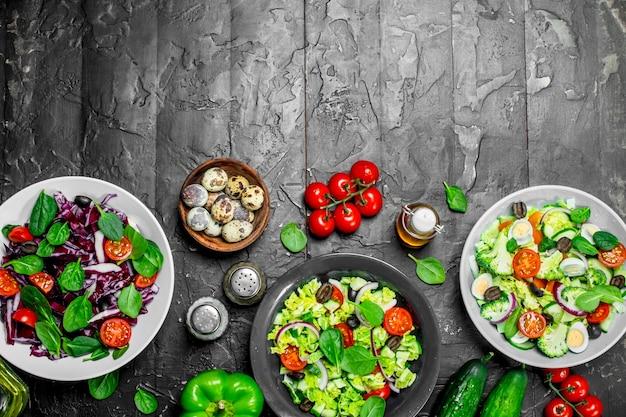 Insalata di verdure. una varietà di insalate biologiche, verdure con olio d'oliva e spezie.