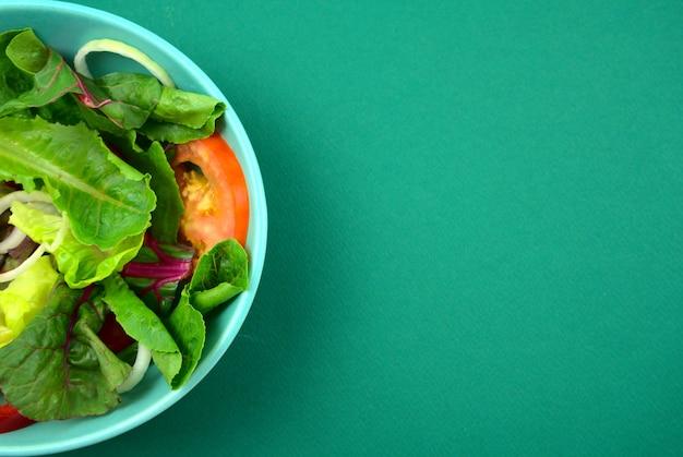 Insalata di verdure. vegano, pasto nutriente di dieta sana vegetariana in ciotola su priorità bassa verde.