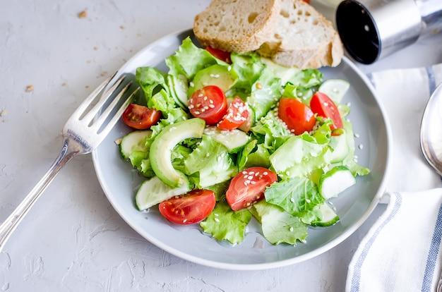 Insalata di verdure con pomodoro fresco, cetriolo, avocado