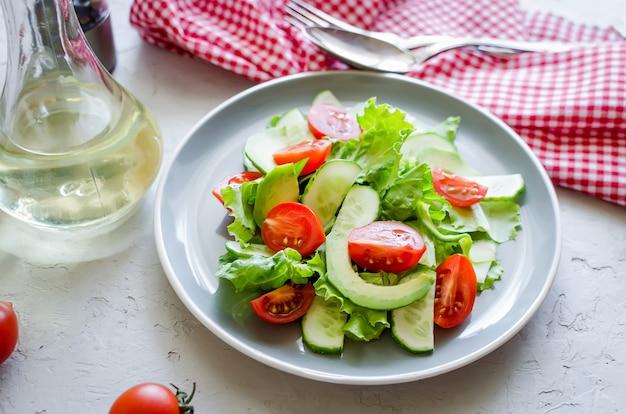 Insalata di verdure con pomodoro fresco, cetriolo