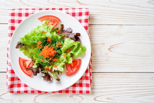 Insalata di verdure con alghe giapponesi e uova di gamberi, stile di cibo sano e vegetariano
