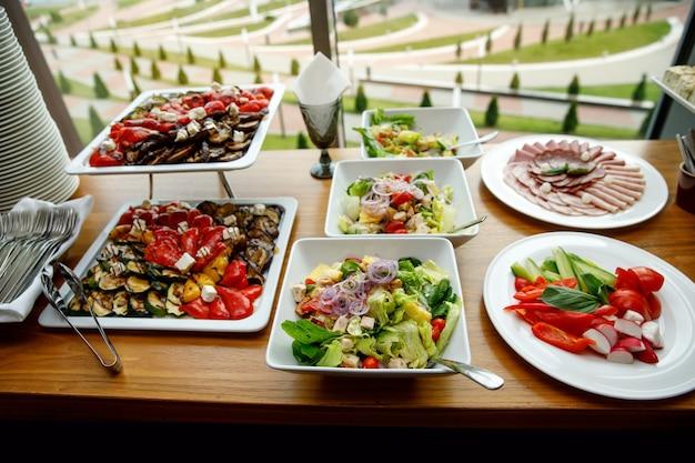 Spuntini vegetali su un tavolo da banchetto
