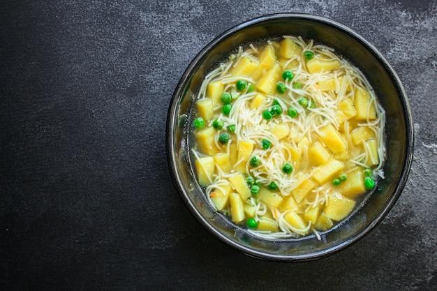 Zuppa di verdure piselli e piccola pasta sottile