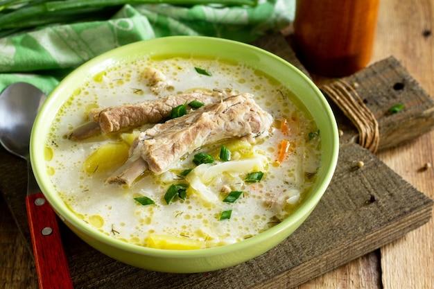 Zuppa di verdure con panna acida di cavolo e costine di carne