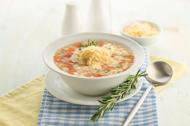 Zuppa di verdure con formaggio ed erbe fresche