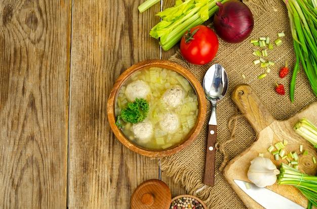 Zuppa di verdure con polpette, verdure su sfondo. foto in studio