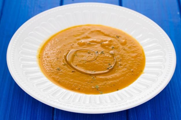 Minestra di verdura con olio sul piatto bianco