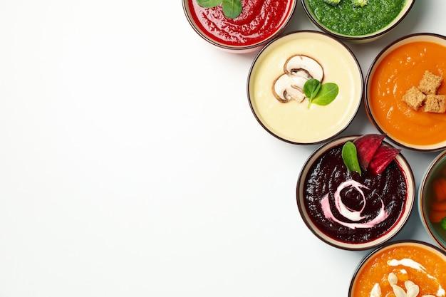 Zuppe di verdure su bianco, vista dall'alto. mangiare sano