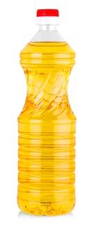 Olio vegetale o di girasole in bottiglia di plastica isolata con percorso di ritaglio incluso