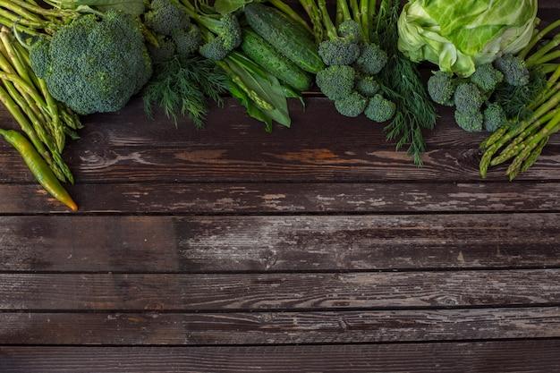 Verdure: asparagi, broccoli, peperoncino e aneto - sfondo vegetale