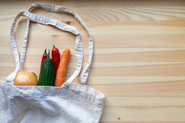 Verdure in un sacchetto su un tavolo di legno