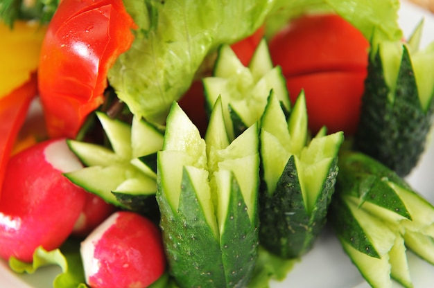 Verdure, tagliate magnificamente per una festa sotto forma di fiori.