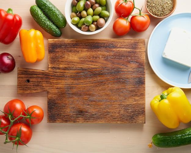 Verdure, tagliere. horiatiki di insalata greca. vista dall'alto, copia dello spazio. menu, ricetta