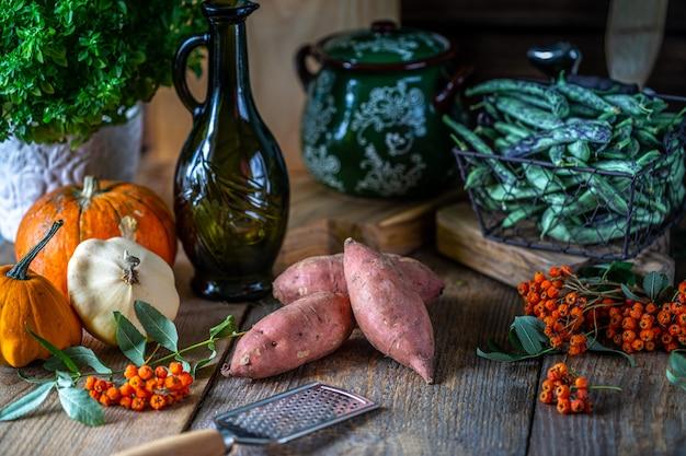 Verdure bio- verdura fresca in un cestino.