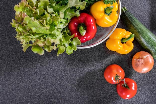 Verdura fresca mescolare ingredienti deliziosi salutari per cucinare o fare insalata