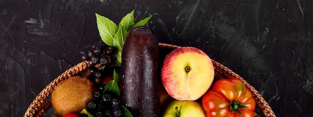 Verdure e frutta in un cestino